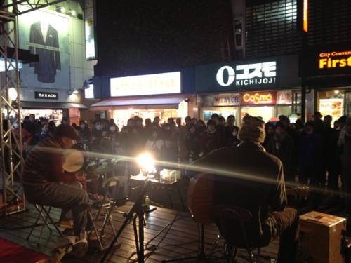 吉祥寺の商店街でバスキングをするティム・スカンランと筆者