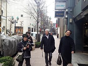 2016年2月24日、銀座の街を「探訪」中の山崎浩太郎さん(右から2人目)と片山杜秀さん(右端)、そしてミュージックバードの田中美登里さん(左端)と篠崎めぐみさん(左から2人目)。楽しそうです!